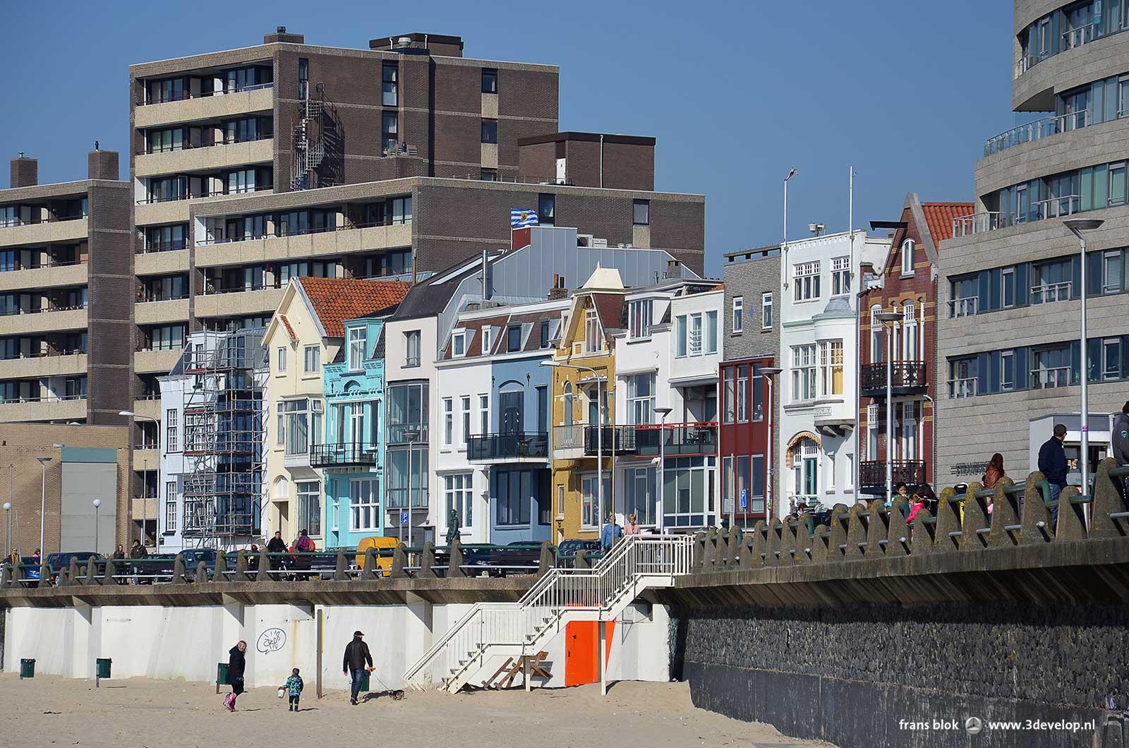 Strand en boulevard in Vlissingen, met kleurrijke oude panden tussen recentere, meer grootschalige bebouwing