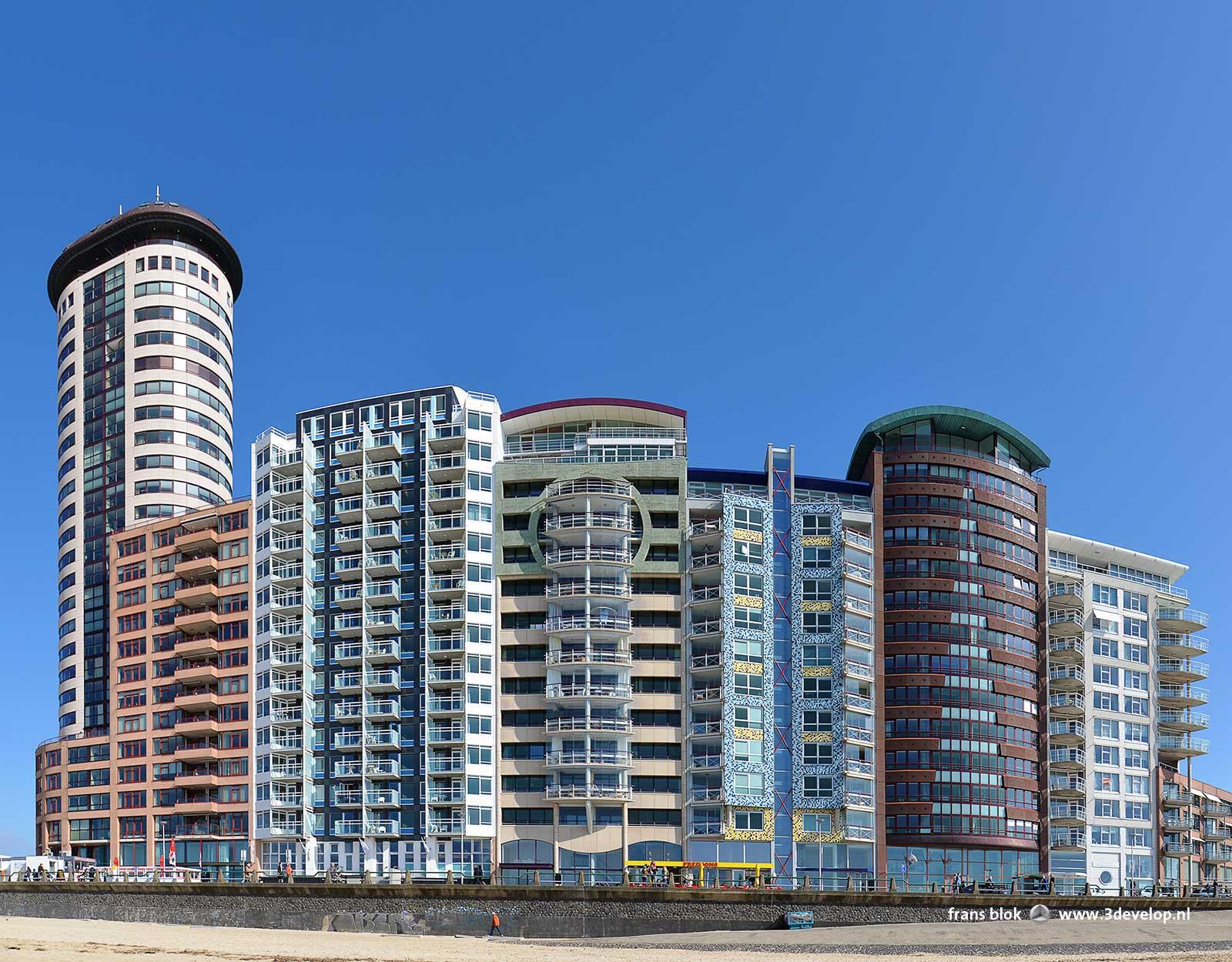 Groothoekopname van moderne hoogbouw aan de boulevard en het strand in Vlissingen