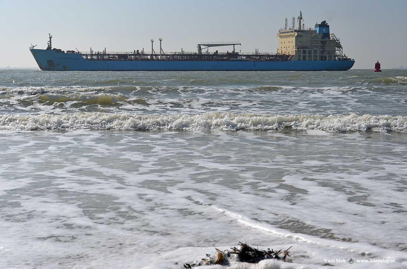 Zeeschepen op de Westerschelde komen vlakbij het strand in Vlissingen
