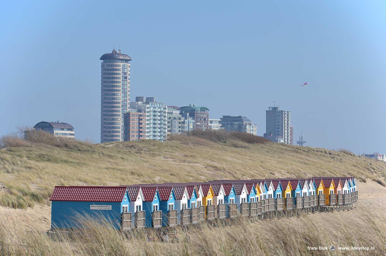 Strandhuisjes in de duinen bij Vlissingen met op de achtergrond de hoogbouw aan de boulevard