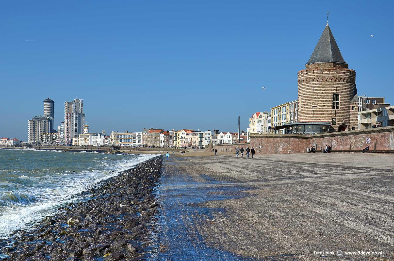 De zee, basaltblokken, een breed stuk asfalt, een bakstenen muur en de boulevard in Vlissingen