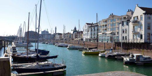 Zeilboten onder een blauwe lucht in de jachthaven in Vlissingen