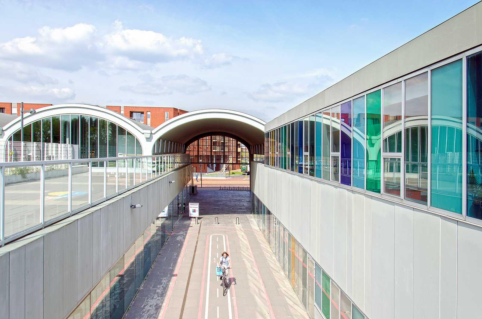 Passage door de hergebruikte hangar in winkelcentrum Meerrijk, Eindhoven