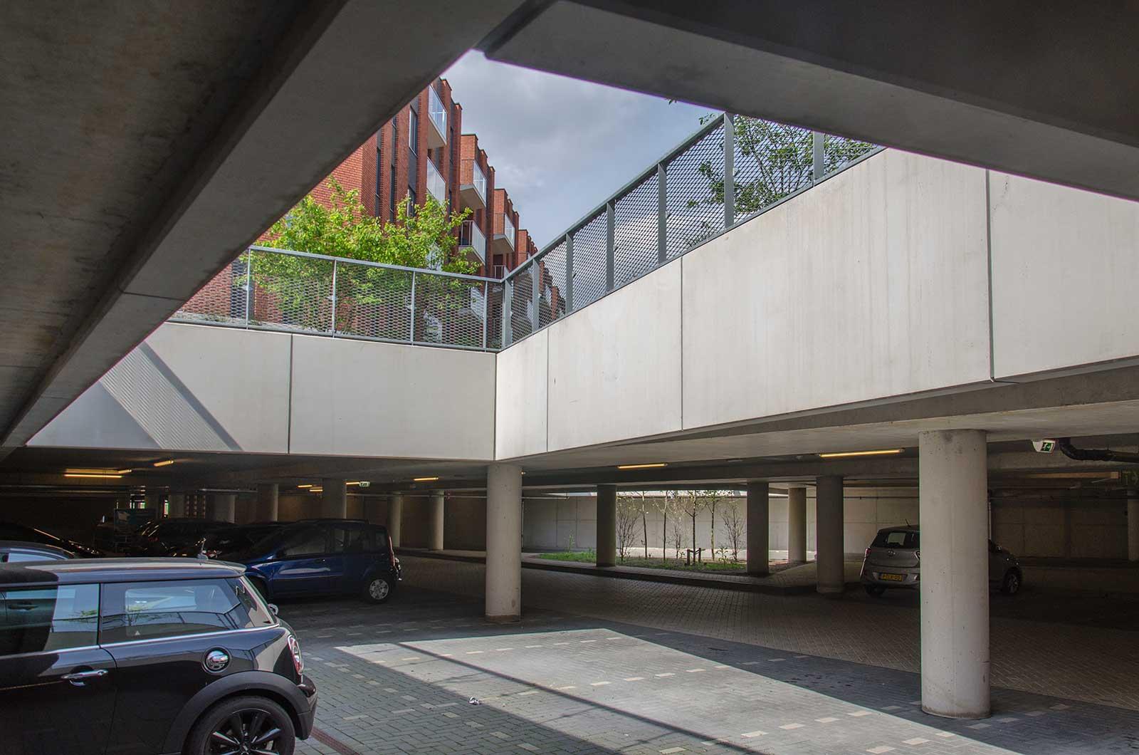 Parkeergarage in Meerrijk, Eindhoven, met beplanting en met openingen in het dak waardoor daglicht naar binnen komt