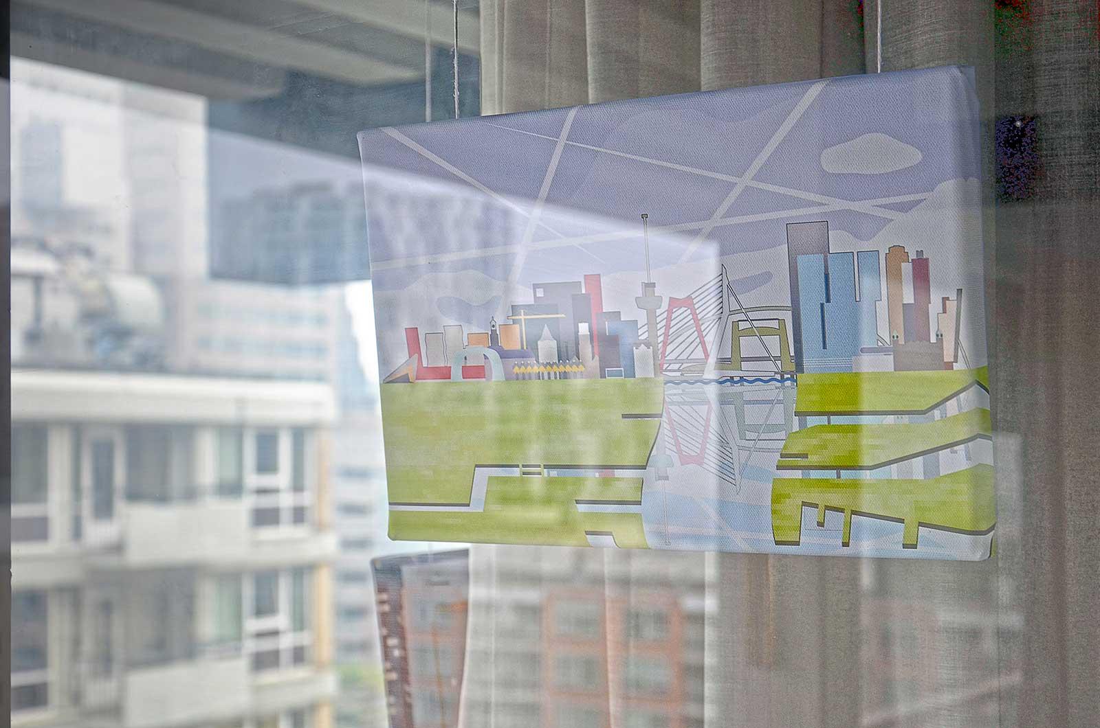 Beeld van de skyline van Rotterdam, tentoongesteld in de galerijgalerie bij de 3Develop-burelen, met op de achtergrond de echte skyline van Rotterdam