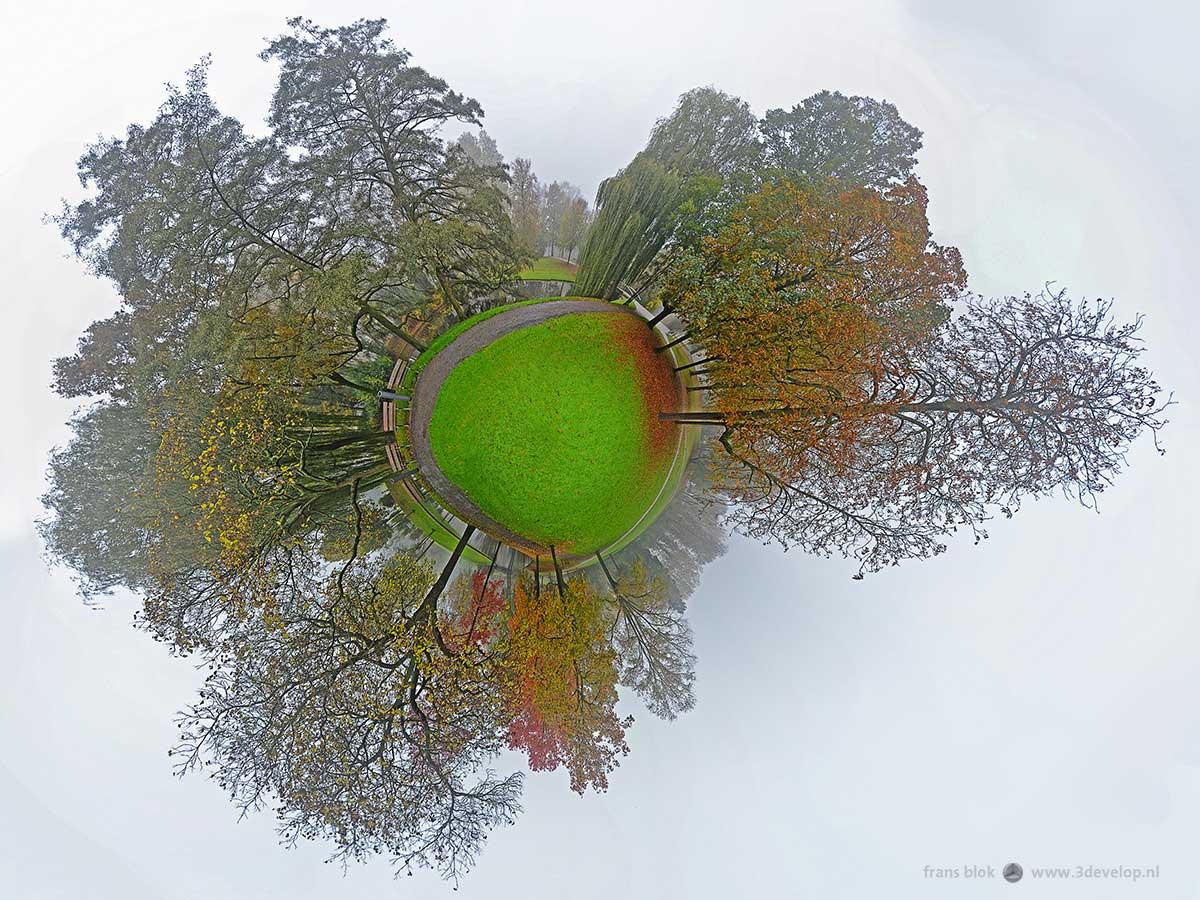 Bolpanorama gemaakt op een mistige dag in de herfst in Het Park, Rotterdam
