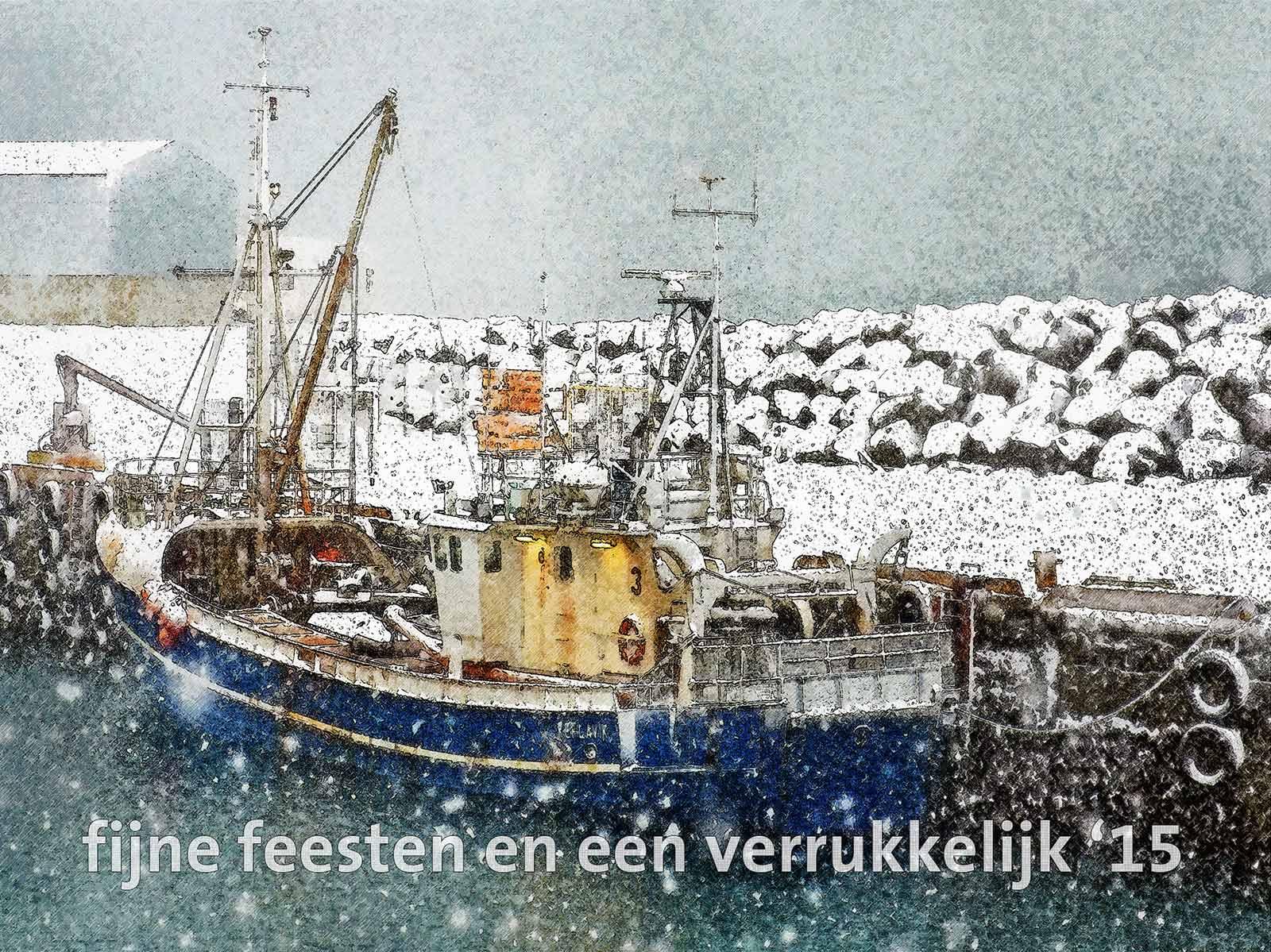 Kerstkaart met schilderachtig beeld van een vissersboot in de haven van Keflavik, IJsland, tijdens een hevige sneeuwbui