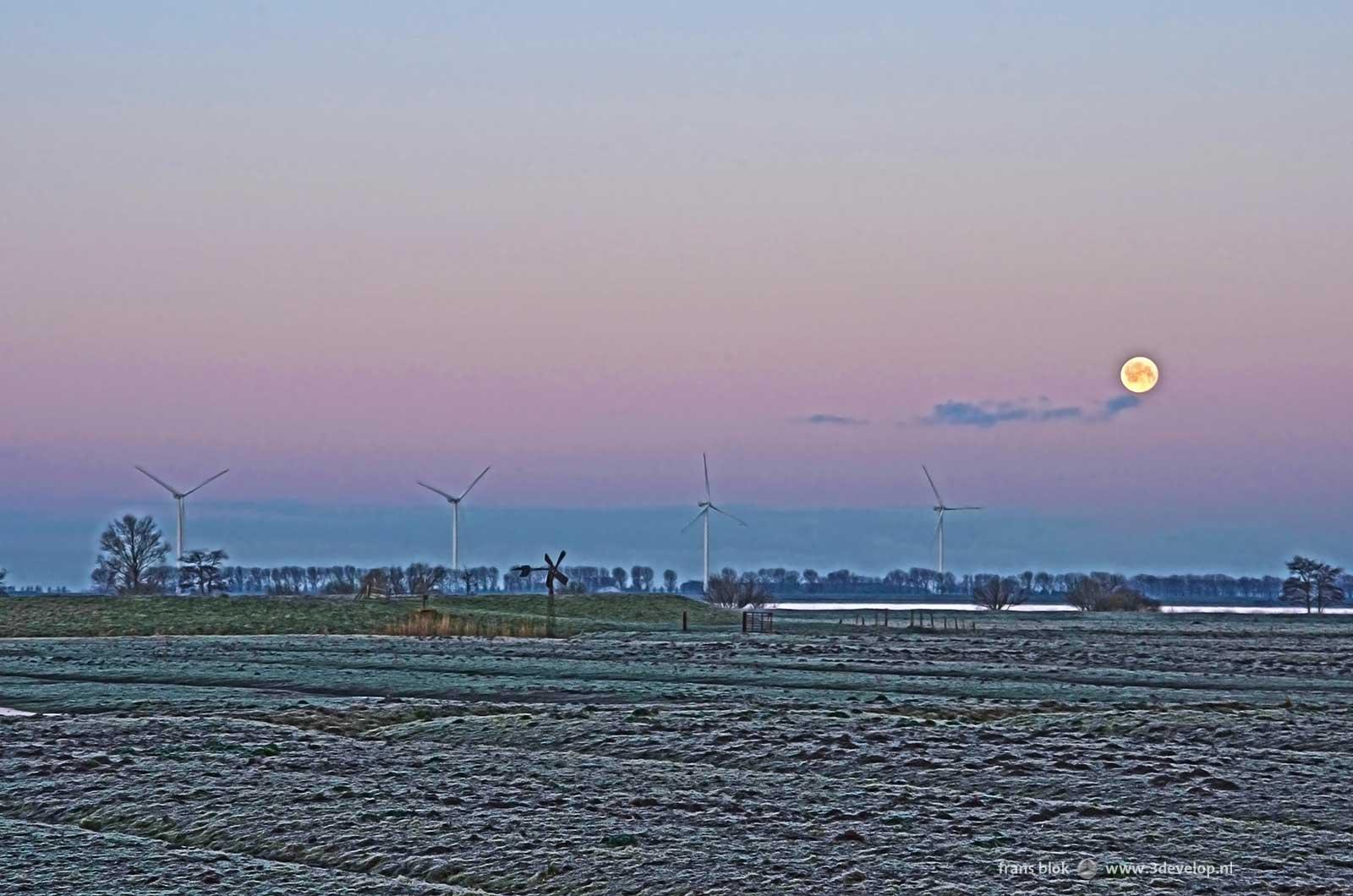 De Korendijkse Slikken in alle vroegte op Paasochtend 2015: een oude windmolen, vier nieuwe windmolens en de Maan