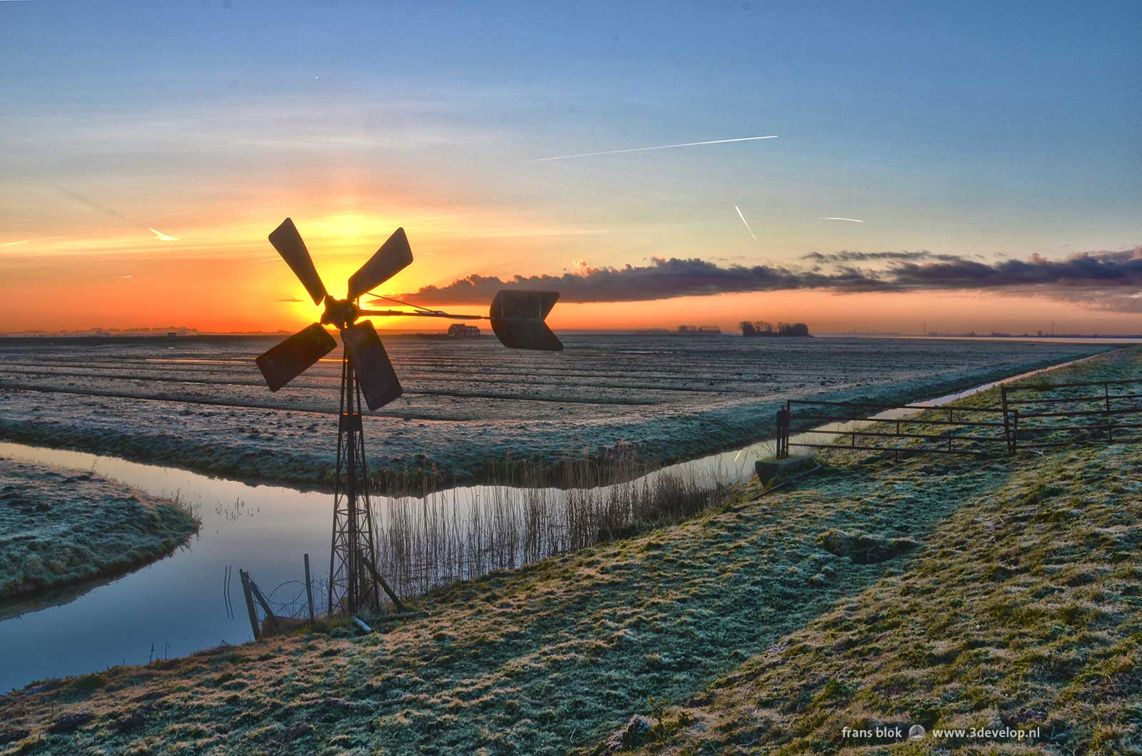 De Korendijkse Slikken op Paasochtend 2015: zonsopkomst en een oude windmolen,
