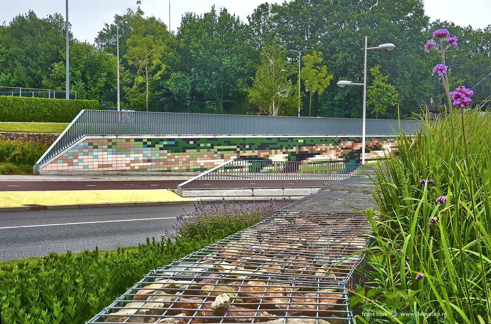Foto vanuit het zuiden van de Van Kregtentunnel in Wierden, die de landschappelijke inpassing met schanskorven en beplanting laat zien
