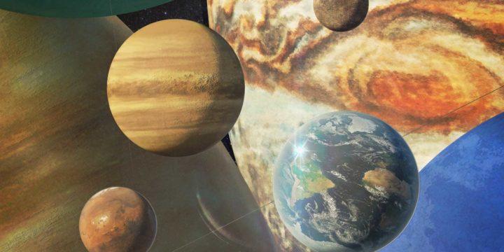 Groepsfoto van de acht planeten van het zonnestelsel op schaal: Aarde, Venus, Mars en Mercurius in hun geheel en Jupiter, Saturnus, Uranus en Neptunus gedeeltelijk