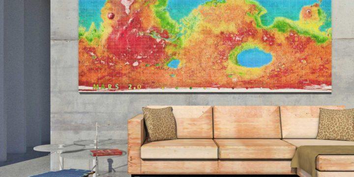 Een kamer met wereldkaart Mars 2.0, die toont hoe de planeet er uit kan zien na terraforming, als print aan de muur, terwijl NASA-rover Sojourner rondrijdt tussen het meubilair