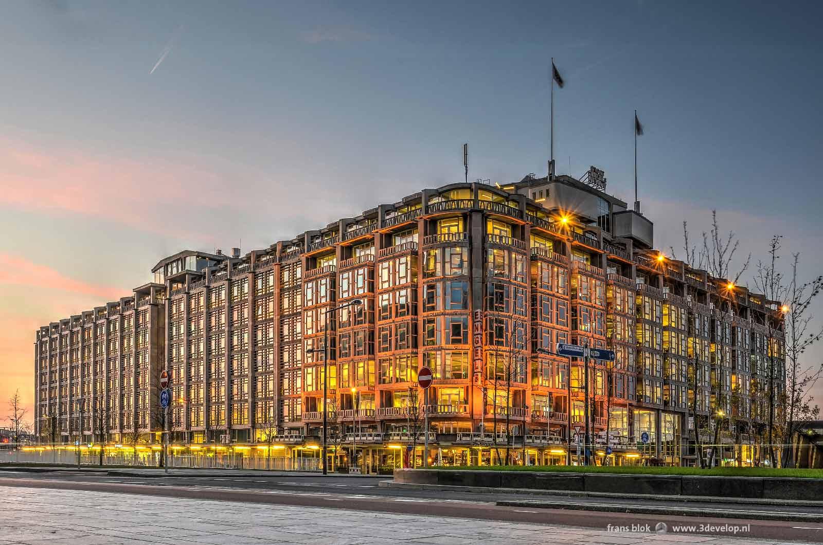 Het Groothandelsgebouw in Rotterdam, gefotografeerd vanaf het Weena tijdens de zonsondergang.