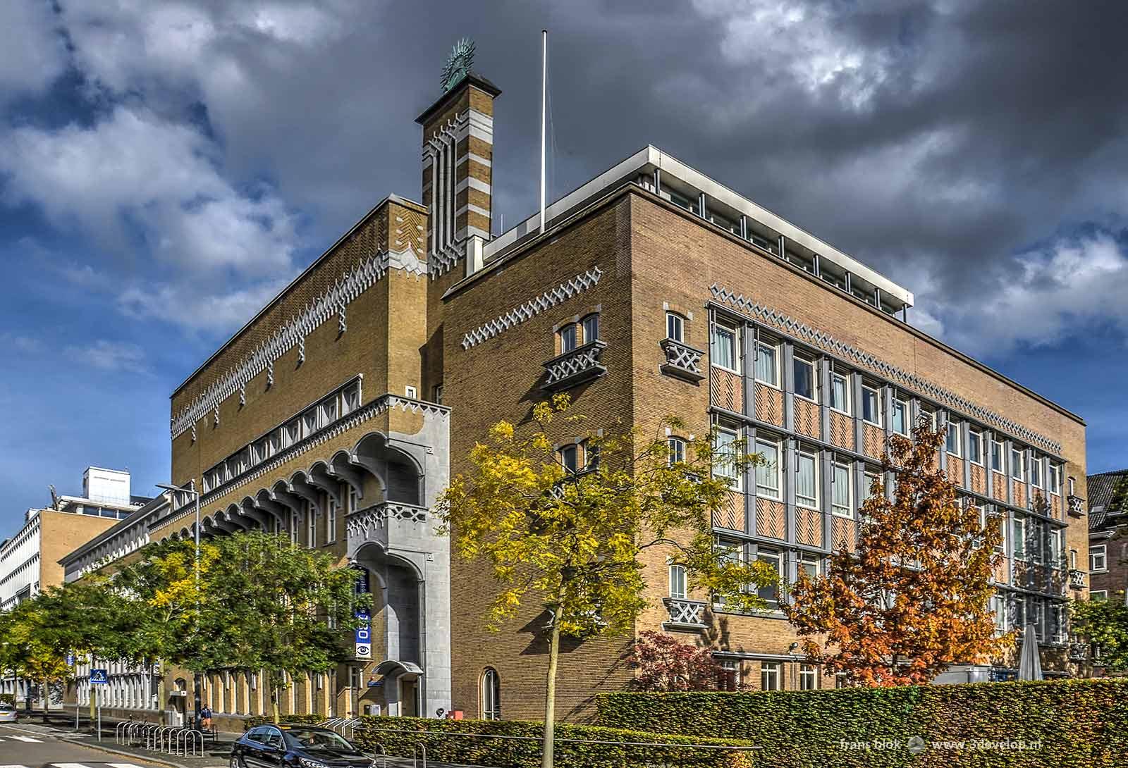 Het Oogziekenhuis aan de Schiedamsevest in Rotterdam, een opmerkelijk gebouw uit de wederopbouwperiode, gefotografeerd op een middag in de herfst
