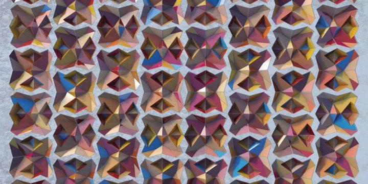 Een virtueel reliëf, dat op het platte vlak de illusie van diepte wekt, uitgevoerd in kleurige mozaïektegels in een frame van hout.