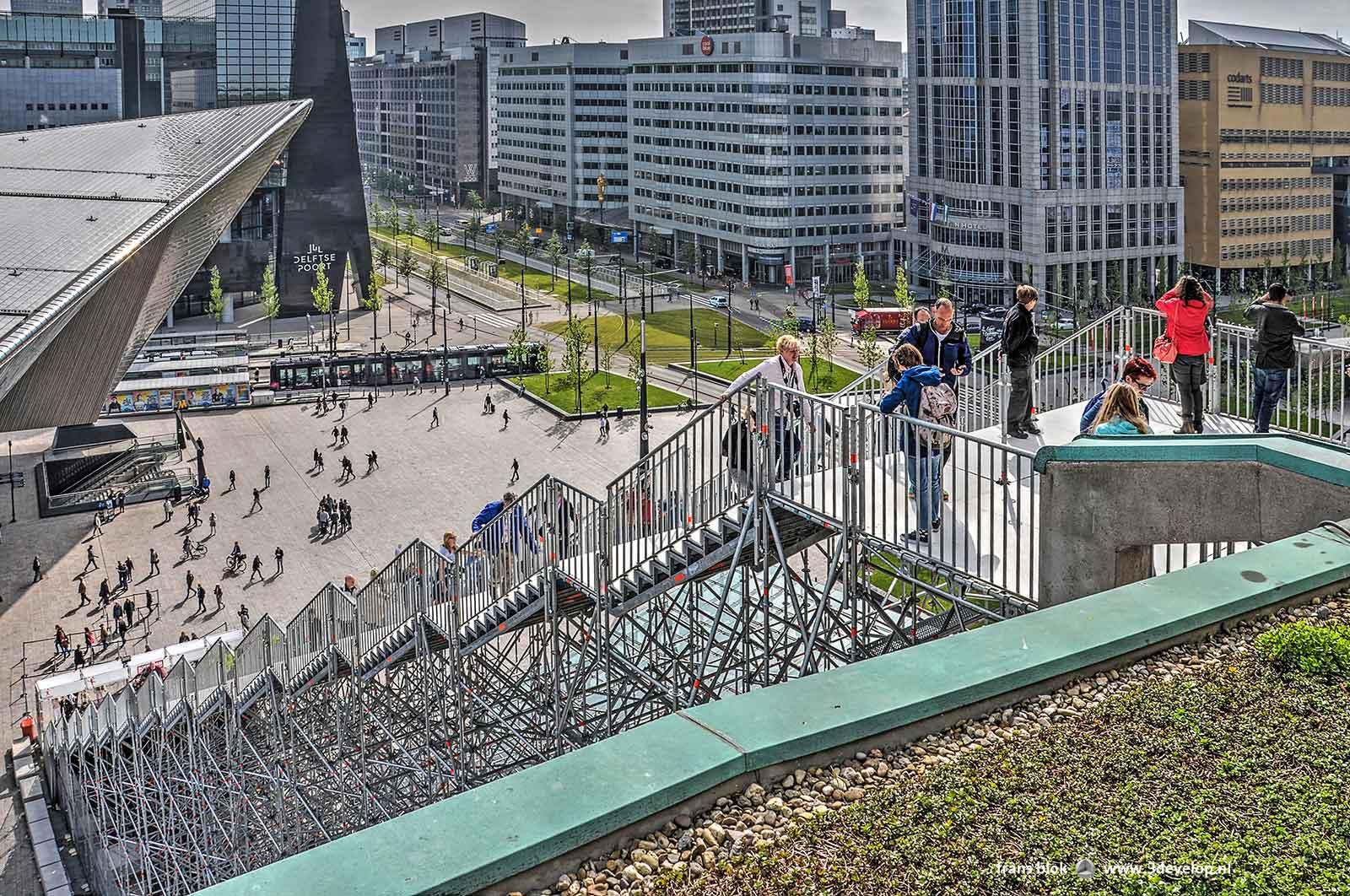 """Het stationsplein en de Trap, geplaatst in het kader van """"Rotterdam viert de stad"""", gezien vanaf het dak van het Groothandelsgebouw"""