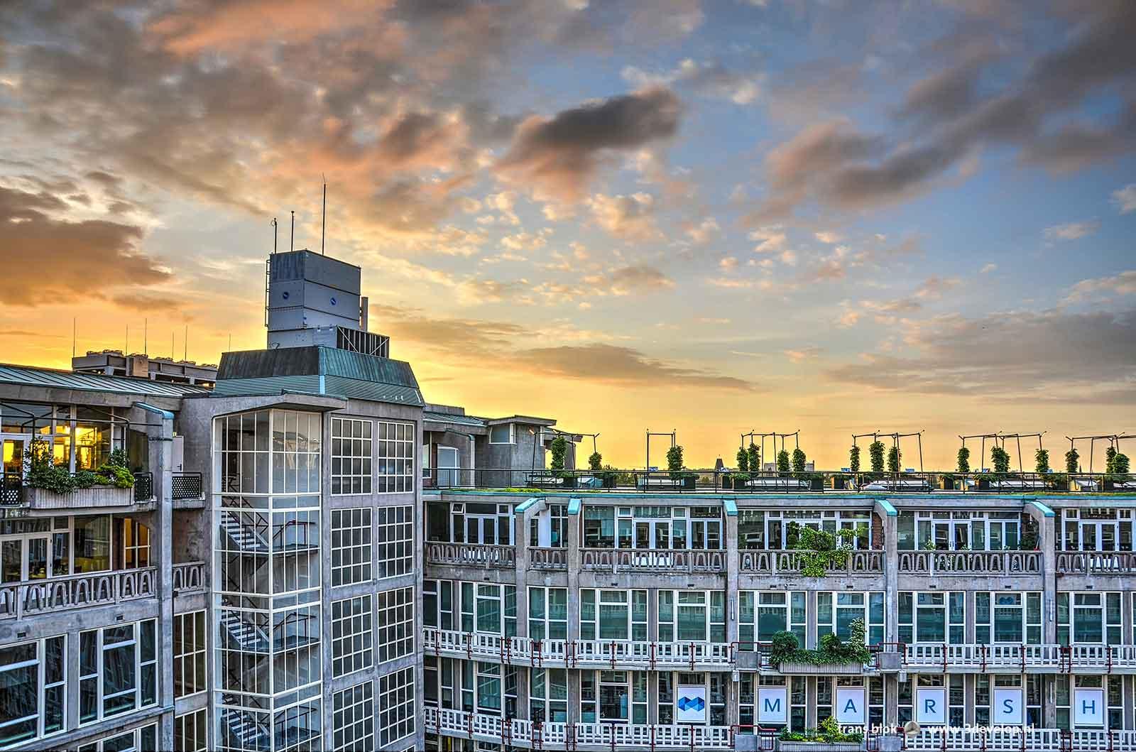 Een van de binnenhoven van Maaskant's Groothandelsgebouw in Rotterdam tijdens zonsondergang