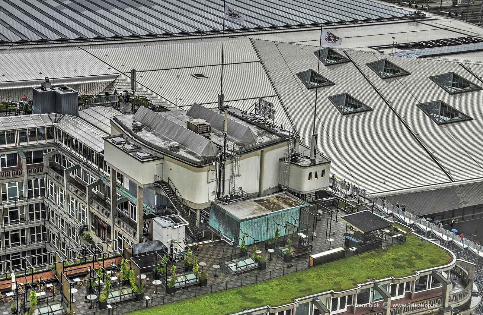 Foto gemaakt vanaf de 18e verdieping van First Rotterdam: het Groothandelsgebouw met bioscoop Kriterion, het Centraal Station en De Trap