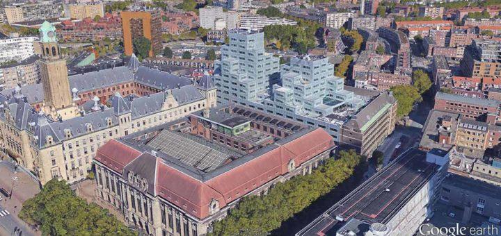 Beeld gemaakt in Google Earth van de 3d gebouwen in de binnenstad van Rotterdam, met het stadhuis, het voormalig postkantoor, Beurs WTC en het Timmerhuis