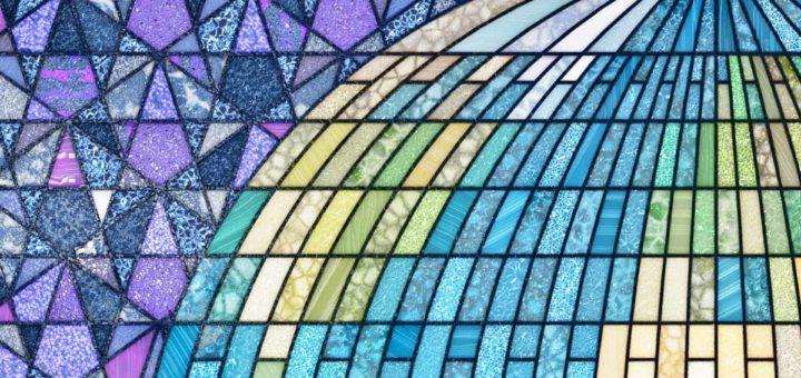 Fragment van het Earthrise-glas-in-loodraam met een stuk van de wereldbol met Europa, de Atlantische Oceaan en Noord-Amerika