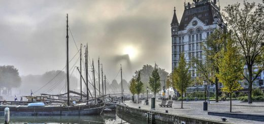 Photo made at the Old Harbour in Rotterdam on a misty day, with the White house and the boats in the harbour in sharp vision but William Bridge as a vague contour.