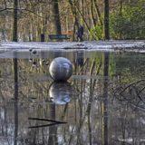Het bosplanetarium van Arnhem: acht roestvrijstalen bollen in de Koude Vijver in Park Sonsbeek.