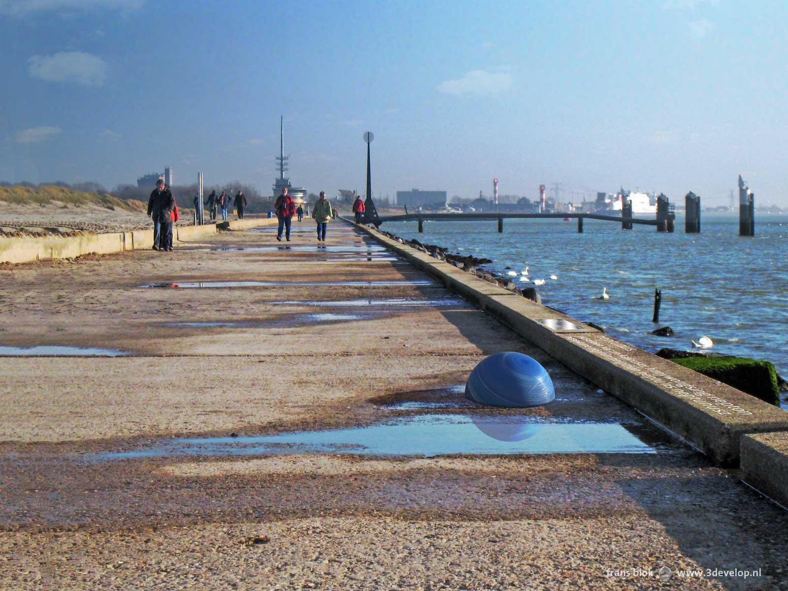 De planeet Neptunus, onderdeel van het Straatplanetarium Rotterdam, op de Pier in Hoek van Holland