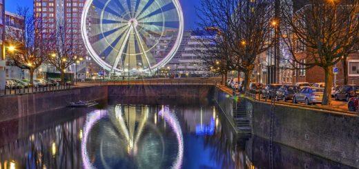 Reuzenrad The View, een tijdelijke attractie op de Binnenrotte naast de Markthal in het centrum van Rotterdam, gezien vanaf de brug over de Steigergracht.