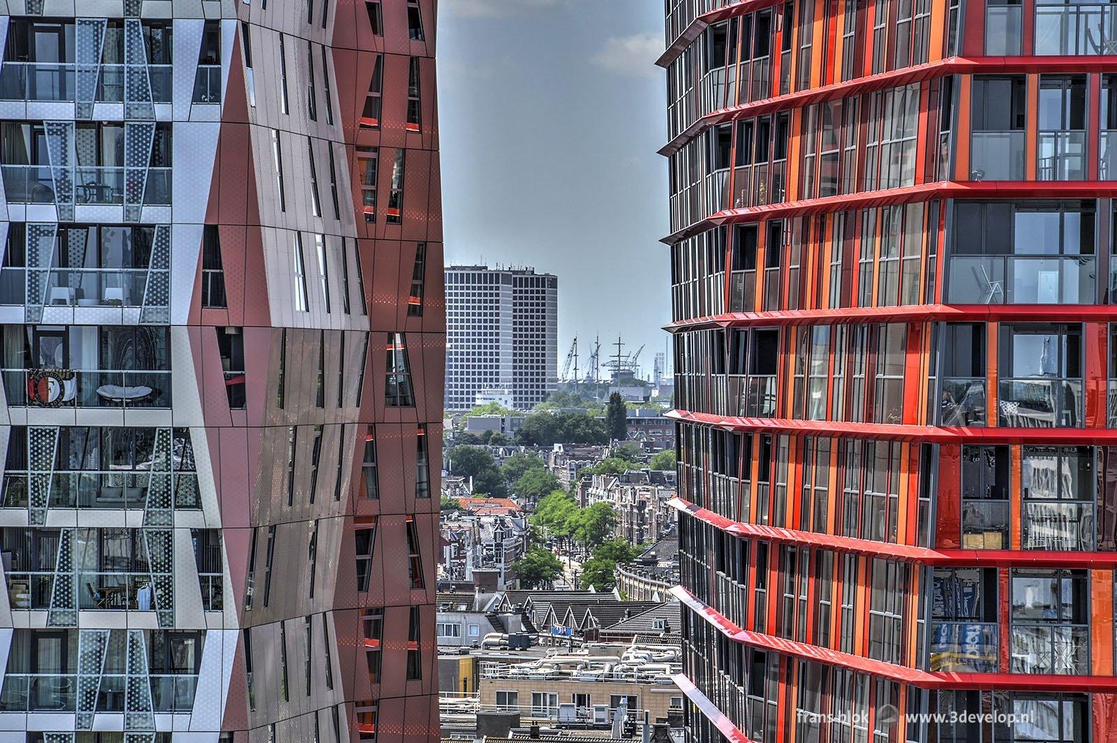 Doorkijkje van een van de Lijnbaanflats tussen twee delen van Calypso door naar de toekomstige Lee Towers tijdens de Rotterdamse Dakendagen 2017