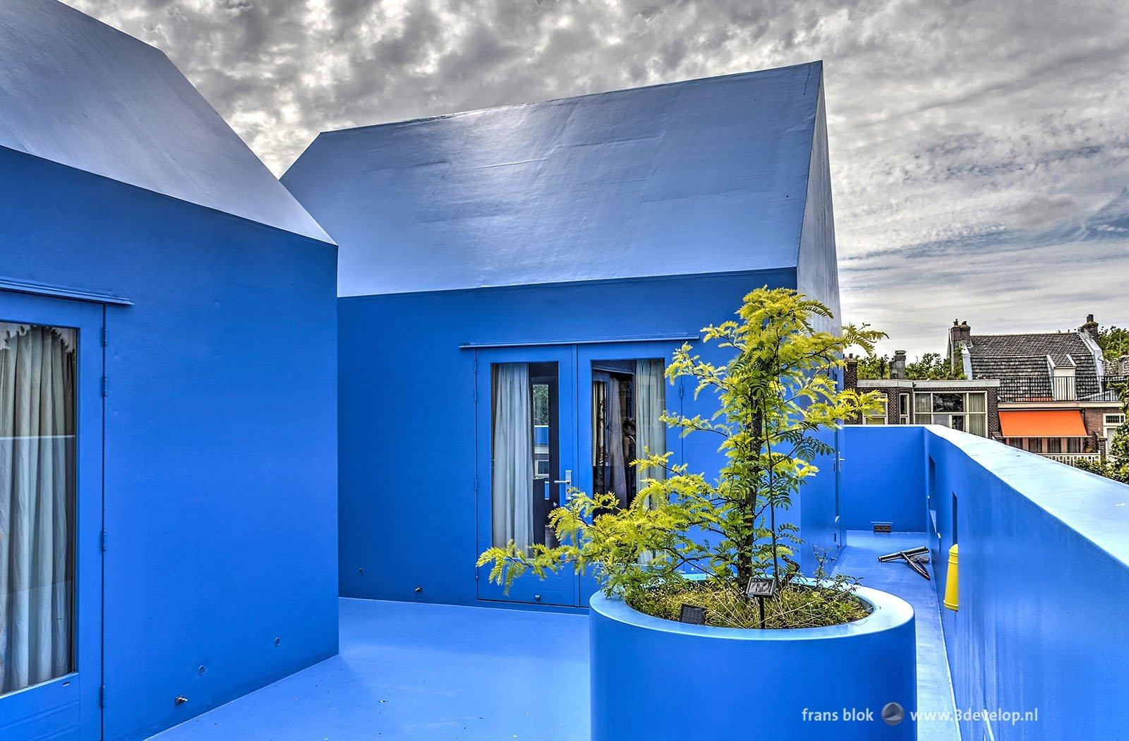 Het Didden Village, ontworpen door MVRDV, een blauw dorpje op een historisch pand in Rotterdam West.