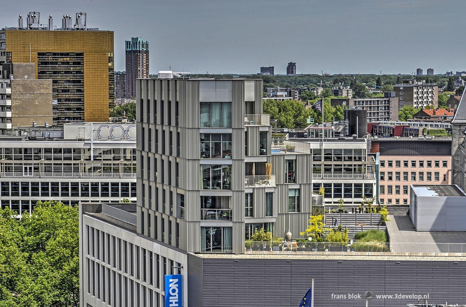 Zicht vanaf een van de Lijnbaanflats tijdens de Rotterdamse Dakendagen 2017 op het woongebouw boven de winkel van Decathlon aan de Coolsingel