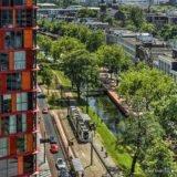 Zicht vanaf het gebouw van Codarts tijdens de Rotterdamse Dakendagen 2017 op het Calypso-gebouw en de Westersingel.