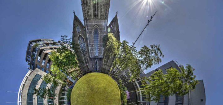Bolpanorama, oftewel klein planeetje, gemaakt van twaalf foto's genomen op het grasveld in het parkje voor de Laurenskerk in Rotterdam