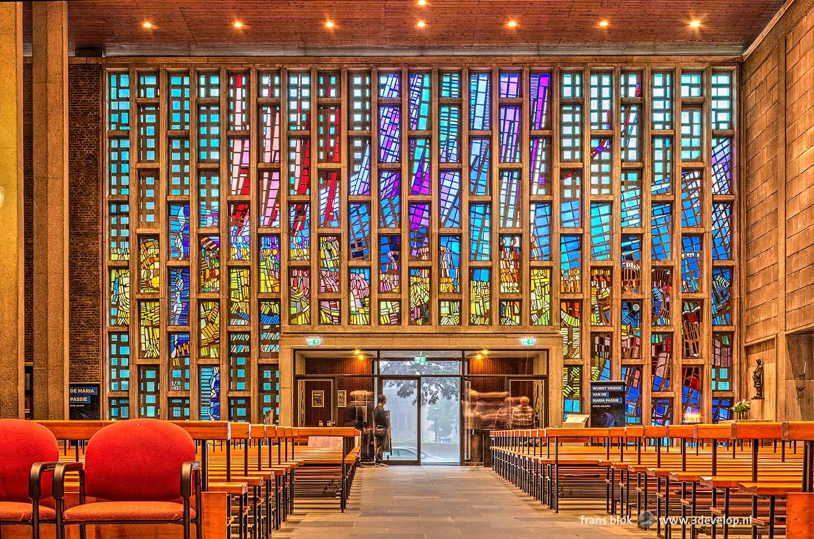 Glas-in-loodramen in de voorgevel van de Steigerkerk in Rotterdam tijdens de Open Monumentendag