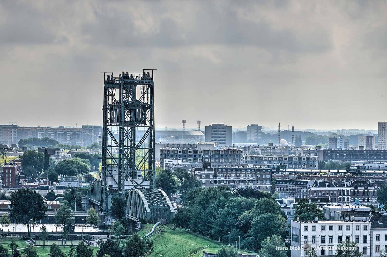 Rotterdam-Zuid en het Noordereiland, gezien vanaf het Witte Huis, met onder andere de Hef en de Kuip.
