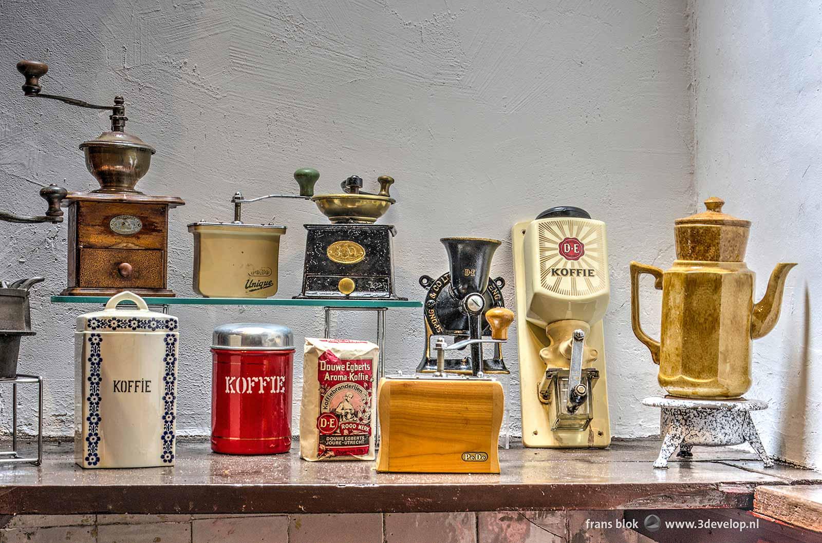 Diverse koffiemolens en andere randapparatuur, deel van de collectie van Museum Oud Overschie.
