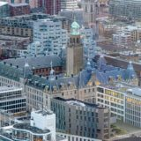Het stadhuis van Rotterdam gezien vanaf gebouw Delftse Poort met daarachter onder andere het Timmerhuis, de Laurenskerk en de Markthal