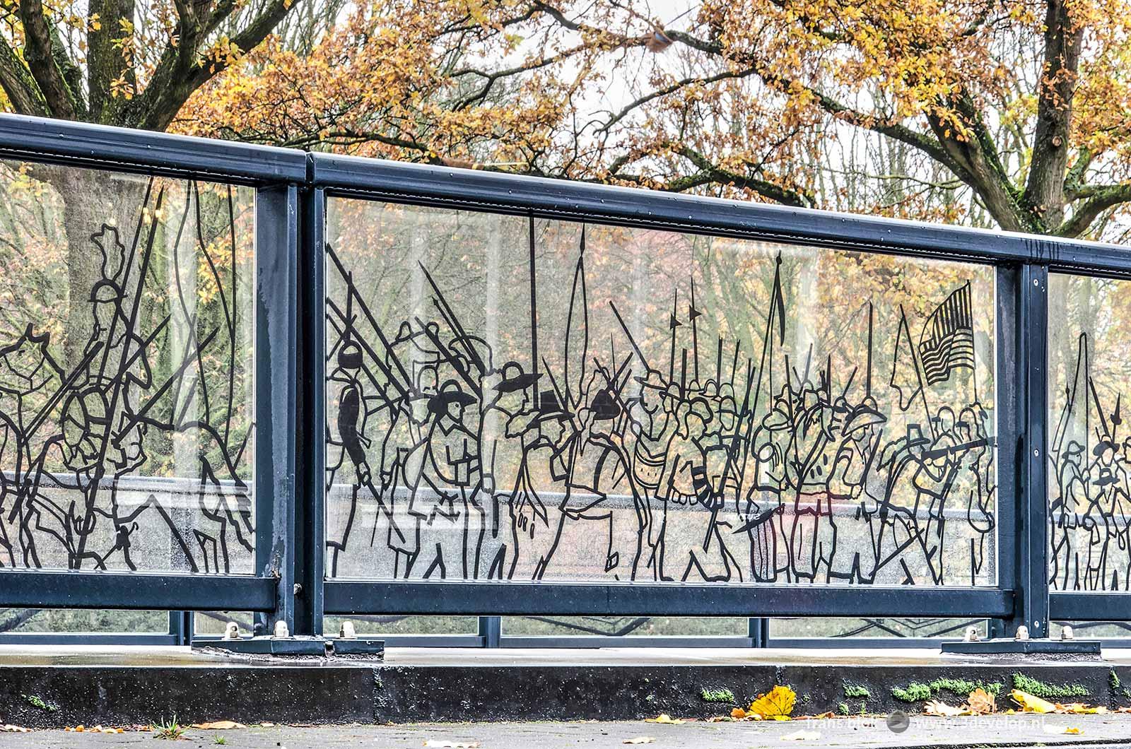 Detail van de glaspanelen op het Koninginneplein in Venlo, met een historisch tafereel uit de geschiedenis van de stad