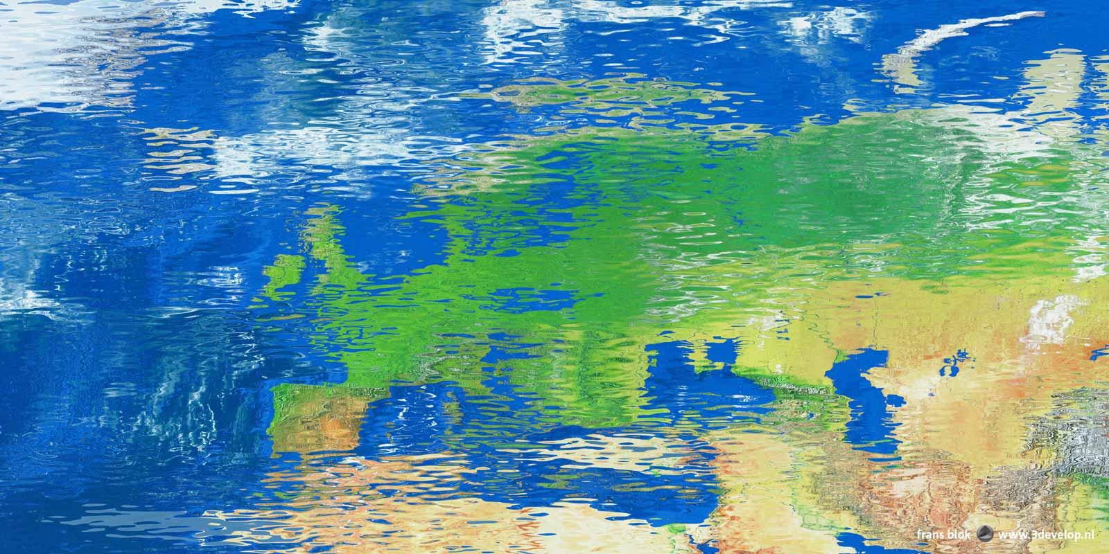 Kaart van Europa gespiegeld in een reflecterend en licht golvend wateroppervlak