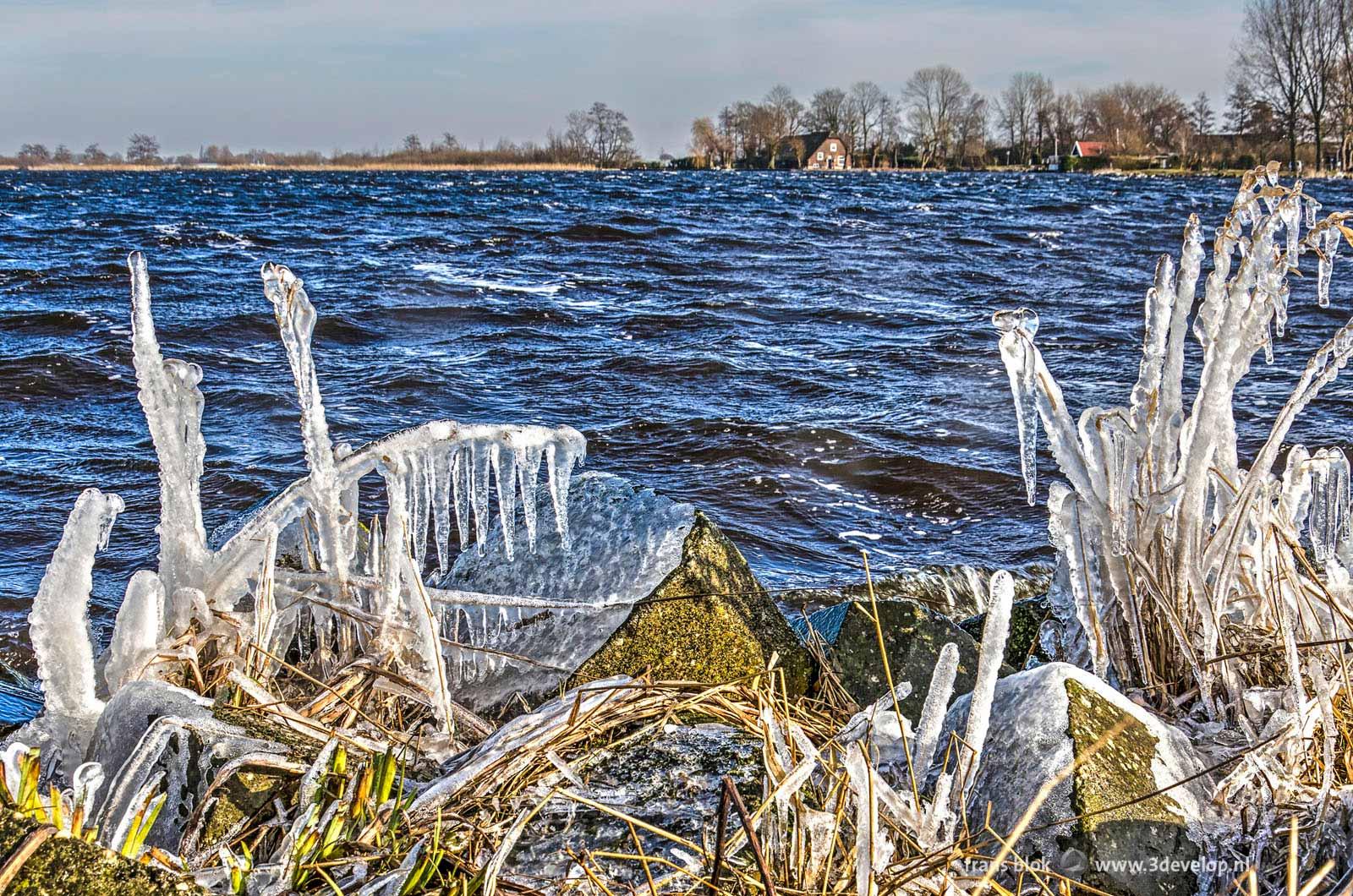 Sculpturen van ijs veroorzaakt door de harde oostenwind, langs de oevers van de Wijde Aa bij Hoogmade