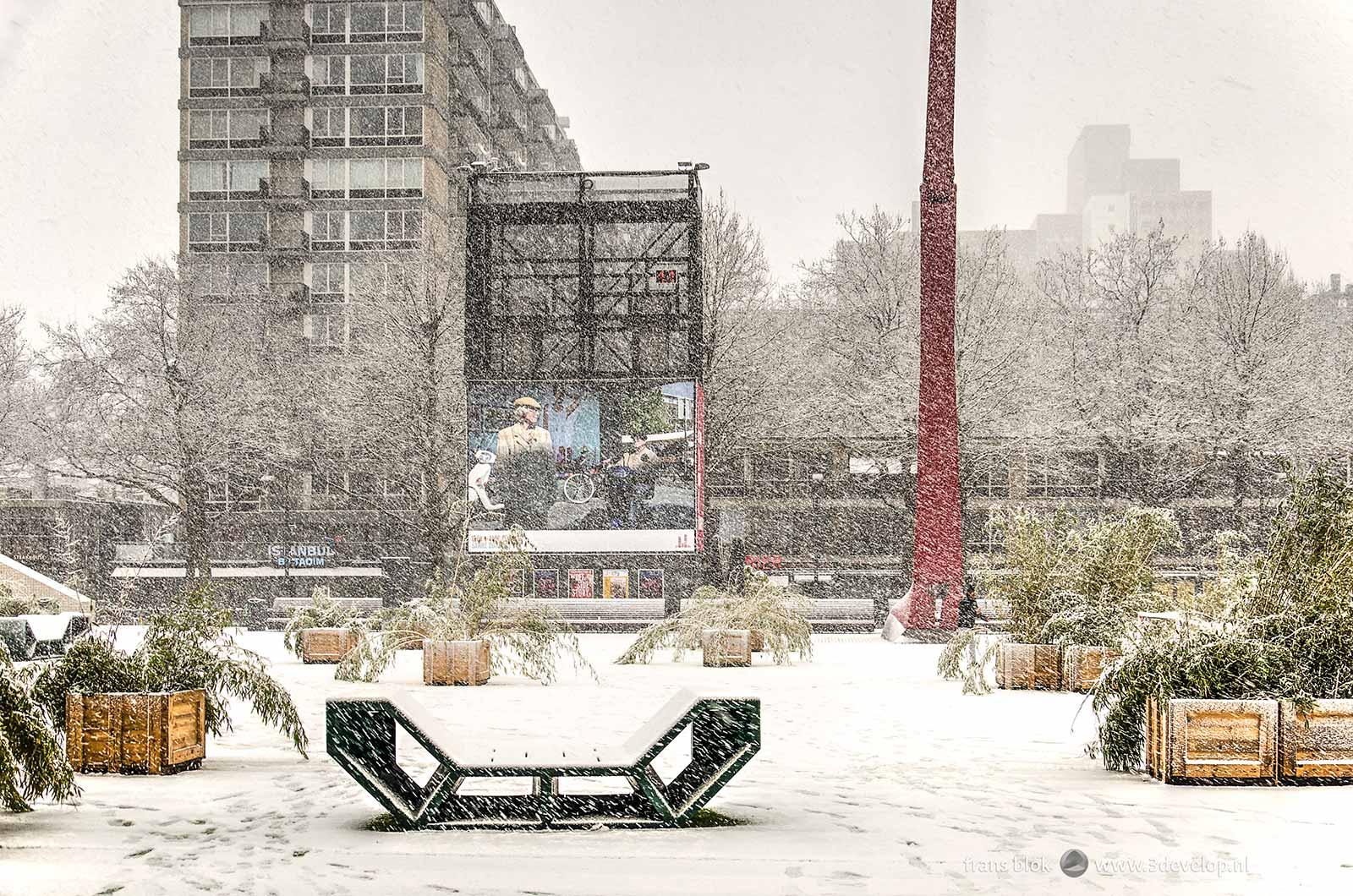 Het Schouwburgplein in Rotterdam tijdens een sneeuwbui in december 2017