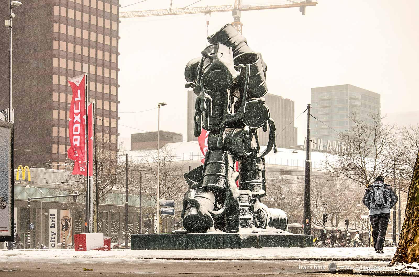Het Churchillplein in Rotterdam met het beeld Cascade van Joep van Lieshout tijdens een sneeuwbui in december 2017