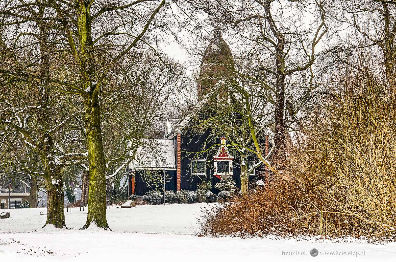 De Noorse Zeemanskerk in het Park in Rotterdam tijdens een van de zeldzame sneeuwdagen in de winter van 2017/2018