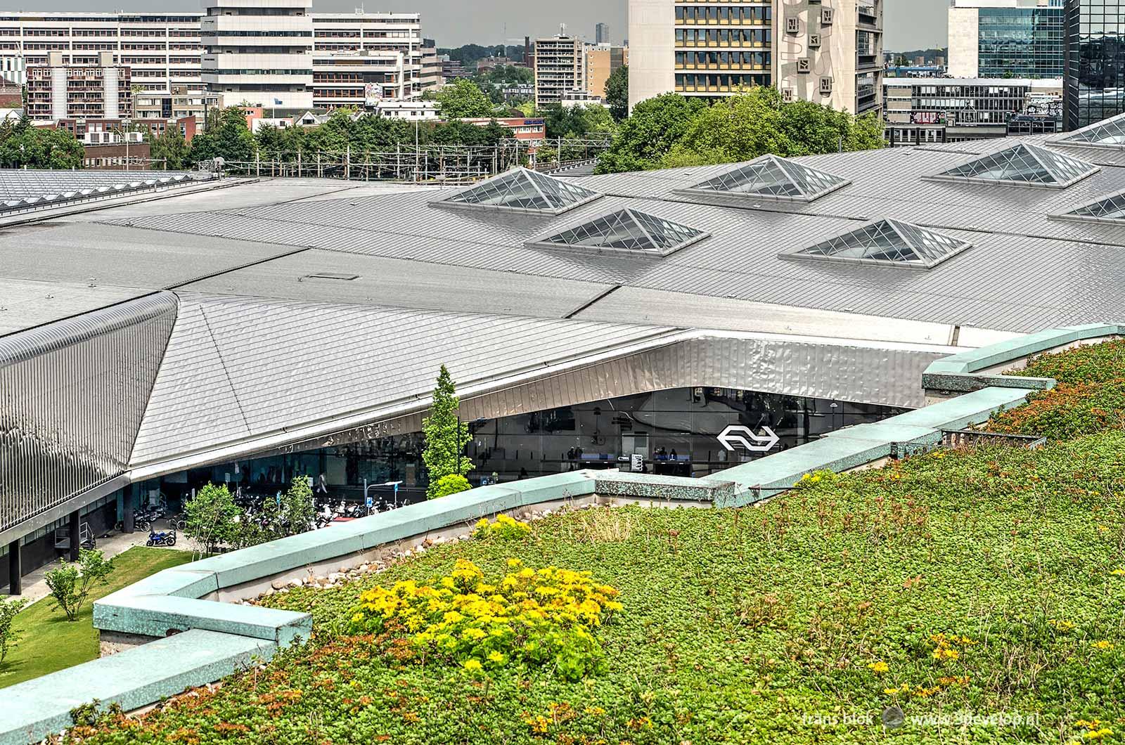 Het roestvrijstalen dak van het Centraal Station in Rotterdam gezien vanaf het dak van het Groothandelsgebouw