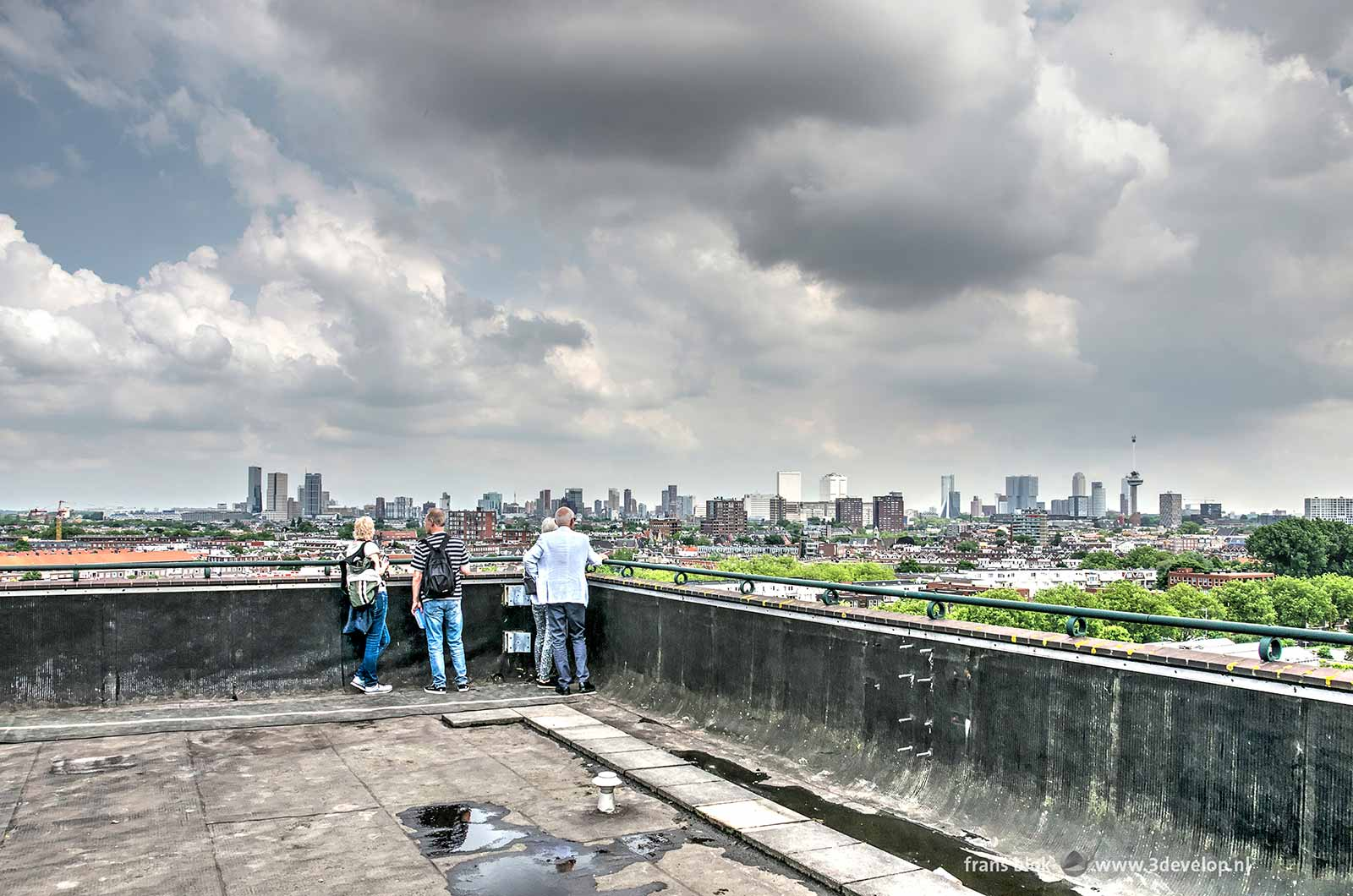 Uitzicht vanaf het HAKA-gebouw op de skyline van Rotterdam