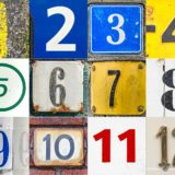 Collage van de getallen 1 tot en met 12, gefotografeerd op huisnummers, verkeersborden en andere gevonden voorwerpen