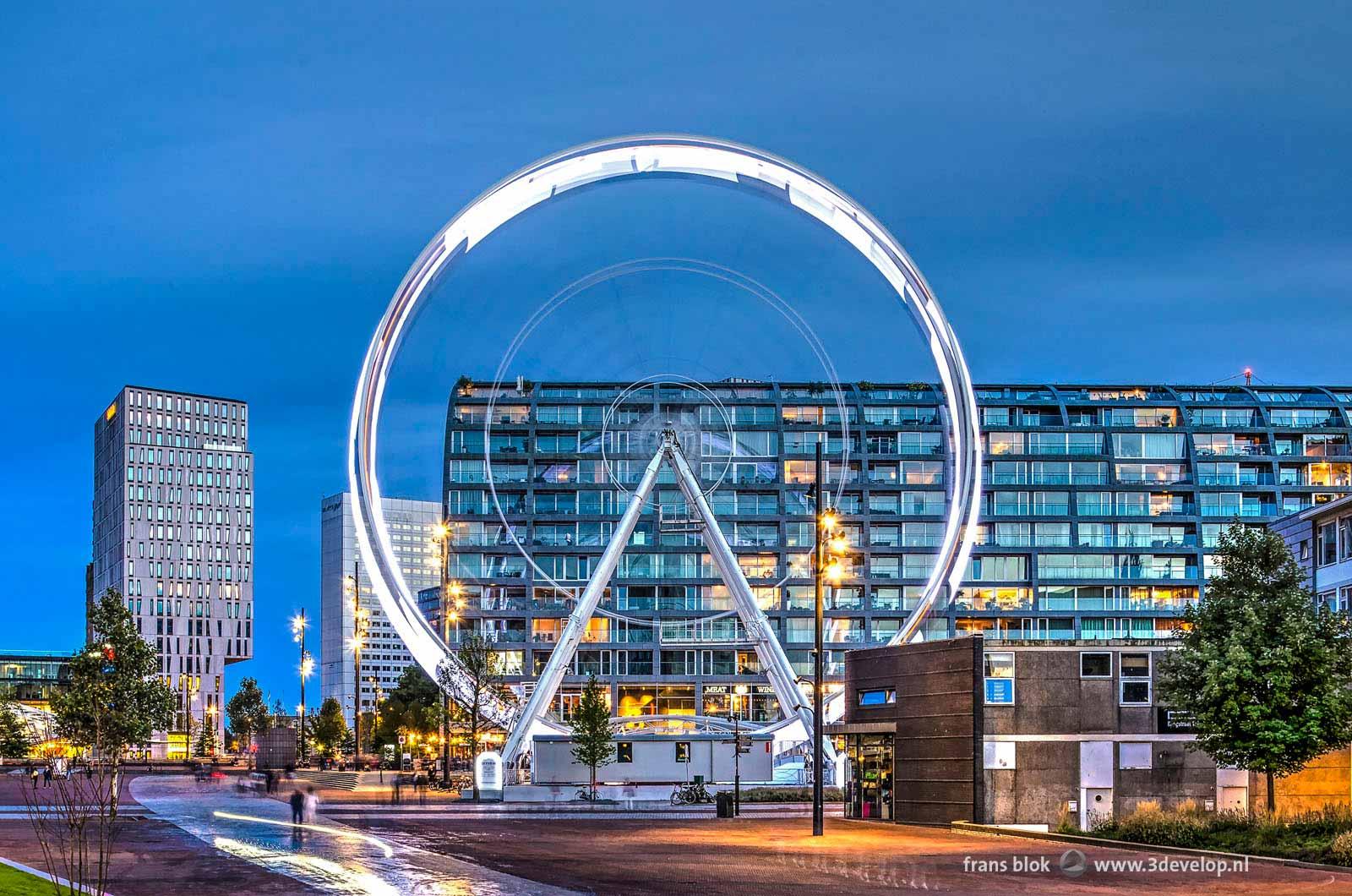 Reuzenrad The Dinner Wheel op de Binnenrotte in Rotterdam bij avond met op de achtergrond onder andere de Markthal