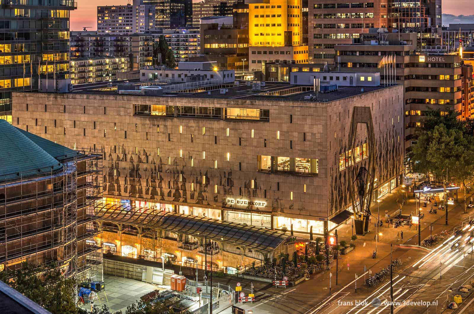 De Bijenkorf, de Koopgoot en de Coolsingel in Rotterdam bij avond