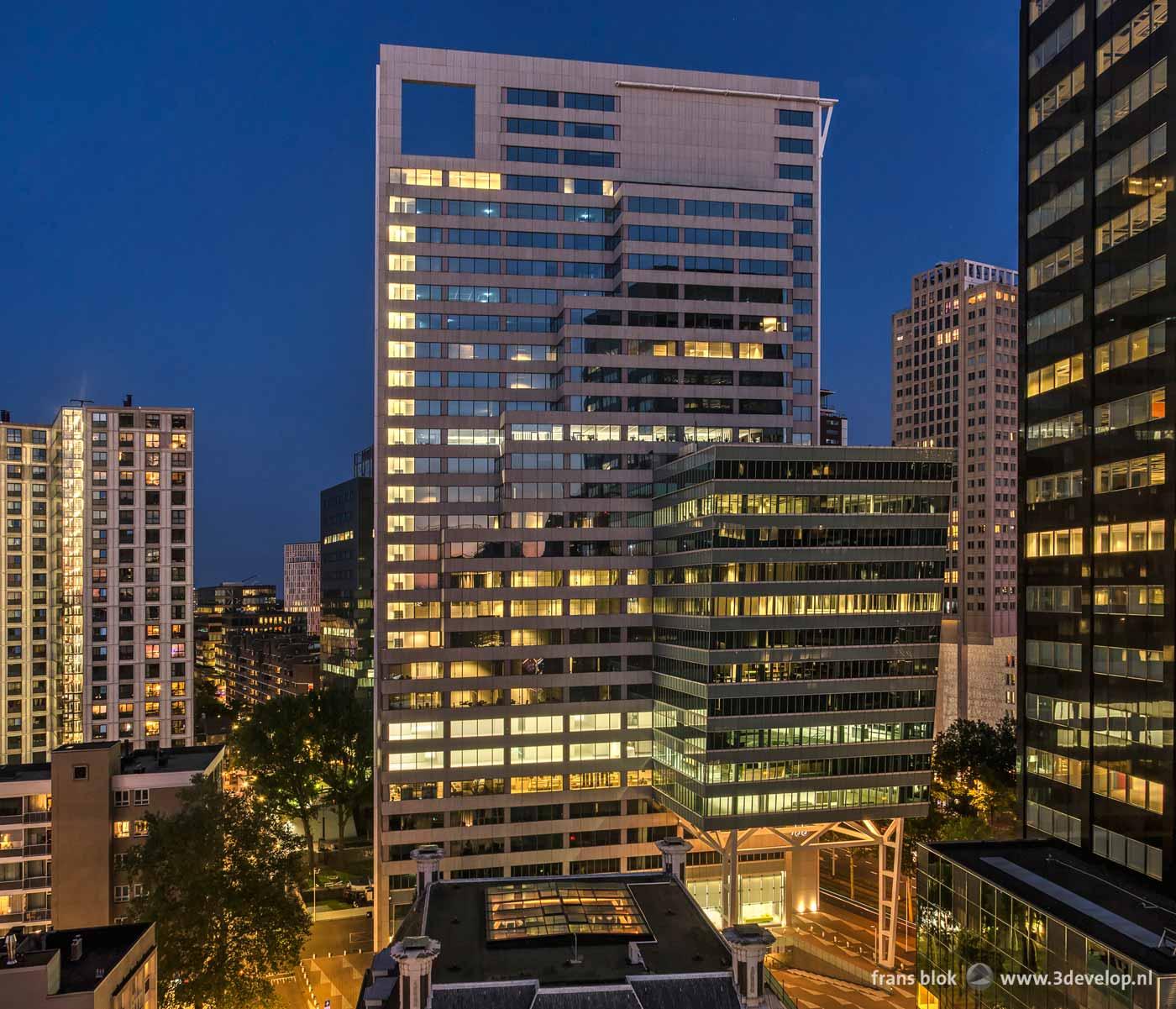 Foto van de Blaak Office Tower, voorheen Fortis, met ernaast ve voormalige Robeco-toren, bij avond, gezien vanaf het Erasmushuis