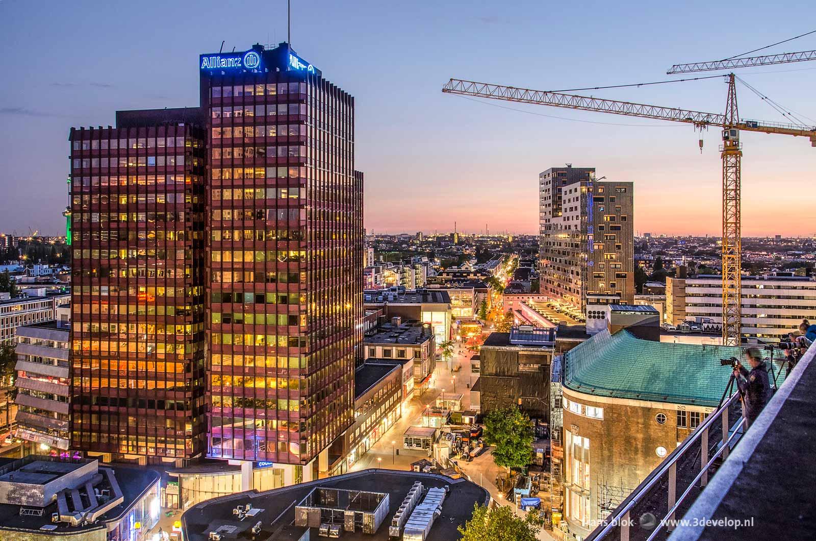 Uitzicht vanaf het dak van de Erasmushuis tijdens het blauwe uur na zonsondergang, in de richting van het Binnenwegplein, de Oude en de Nieuwe Binnenweg